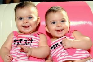 תאומים פעוטות מחייכים