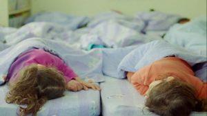 ילדים ישנים יחד בגן