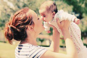 איך להרים תינוק. אילוסטרציה