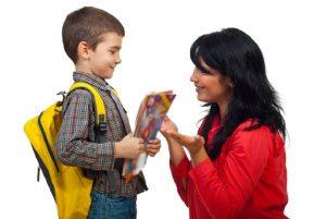 ילד הולך לבית ספר